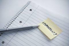 Notepad med en viktig anmärkning Arkivfoton