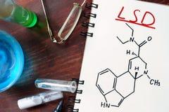 Notepad med kemisk formel av LSD Arkivfoto