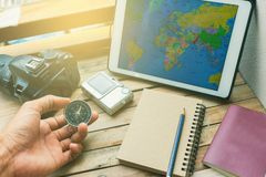 Notepad med passet, kameran och smartphonen på trä royaltyfria foton