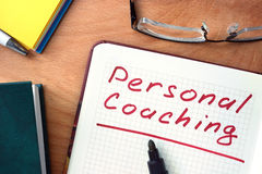 Notepad med personlig coachning på kontorstabellen arkivbilder