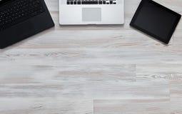 Notepad och bärbar dator på den wood tabellen ovanför sikt Arkivbilder