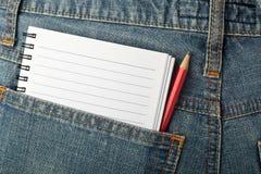 Notepad och blyertspenna i jeansfack Royaltyfria Bilder