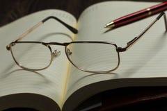 Notepad och exponeringsglas Royaltyfria Foton