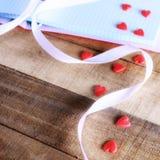 Notepad och godis i formen av hjärta Fotografering för Bildbyråer