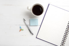 Notepad- och kaffekopp Arkivbild