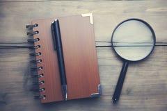 Notepad och läs- exponeringsglas med ett handtag Royaltyfri Bild