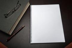 Notepad på ett skrivbord Royaltyfri Foto