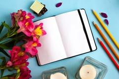 Notepad på färgbakgrund fotografering för bildbyråer