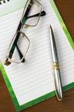 Notepad på tabellen Arkivbild