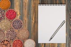 Notepad papierowe pikantność i kulinarni acces zdjęcie stock