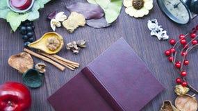 Notepad penna, frukt, kryddor 1 livstid fortfarande Begreppet av boken för recept Royaltyfria Foton