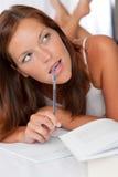 notepad pióra myśląca kobieta Obraz Stock