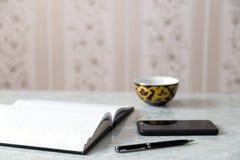 Notepad pióra smartphone Obrazy Royalty Free
