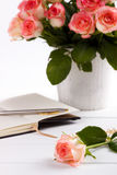 Notepad and pink roses Royalty Free Stock Photos
