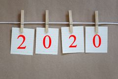 Notepad pusty obwieszenie na arkanie i 2020 tekst na brown papierze wal Zdjęcia Royalty Free
