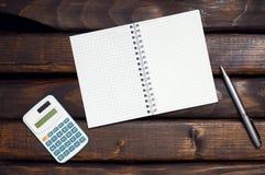 Notepad, räknemaskin och penna Royaltyfria Foton