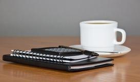 Notepad räknemaskinen, kopp kaffe royaltyfria foton