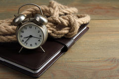 Notepad with the wind-up alarm clock Royalty Free Stock Photography