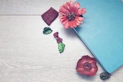 Notepad z ołówkami i colorfull markierami obrazy royalty free