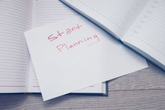 Notepad z ołówkami i colorfull markierami zdjęcie stock
