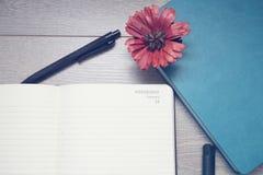 Notepad z ołówkami i colorfull markierami obraz stock