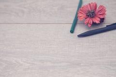 Notepad z ołówkami i colorfull markierami fotografia stock