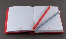 Notepad z ołówkiem na szarym tle Zdjęcia Royalty Free
