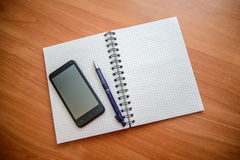 Notepad z piórem i telefonem obraz royalty free