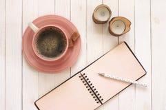 Notepad z piórem, kawą i świeczkami na biurku, obraz royalty free