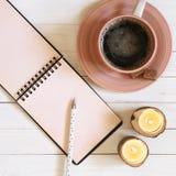 Notepad z piórem, kawą i świeczkami na biurku, zdjęcia royalty free