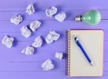 Notepad z piórem, płonącą żarówką i miącym białym papierem, Zdjęcie Stock