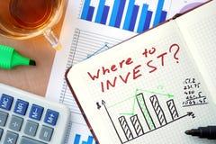 Notepad z słowami gdzie inwestować pojęcie Obrazy Stock