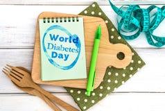 Notepad z Światowym cukrzyca dnia tekstem na ciapanie desce z Zdjęcie Stock