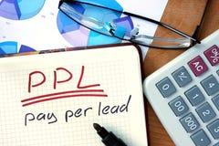 Notepad z wynagrodzeniem na prowadzenie PPL na biuro stole obrazy royalty free