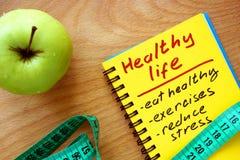 Notepad z zdrowym życie przewdonikiem zdjęcie royalty free