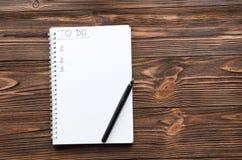 Notepade z pisać zwrota ` robić listy filiżance kawy na drewnianym stole i ` fotografia stock