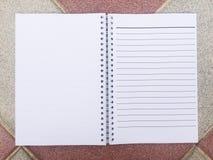 Notepaden är på trätabellen arkivfoto