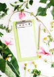 Notepaden för lägenheten för den bästa sikten blommar den lekmanna- tomma med den sommarsidor och tusenskönan modellen Arkivbilder