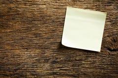 Notepaper på träbakgrund arkivfoton