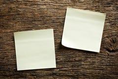 Notepaper på träbakgrund arkivbild