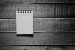 Notepaper på träbakgrund royaltyfri foto