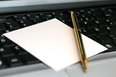Notepaper and pen on the keyboard Royalty Free Stock Photos