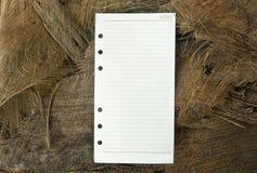 Notera pappers- med naturbakgrund Arkivbilder