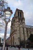 Noterdam de París y farola imagen de archivo