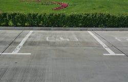 Noteringen op het asfalt voor parkeren voor gehandicapten stock foto
