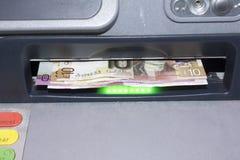 Notes écossaises dans un distributeur automatique de billets Image stock