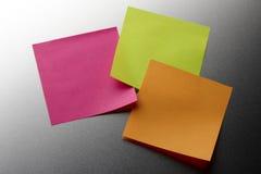 Notes blanc colorées de stickie Photographie stock libre de droits