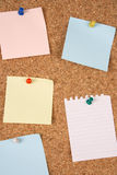 Notes blanc sur le corkboard Photo libre de droits