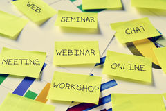 Notes collantes avec des concepts de travail, tels que l'atelier, la réunion ou le Se Photo stock