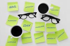 Notes collantes avec des concepts liés au travail d'équipe Images stock